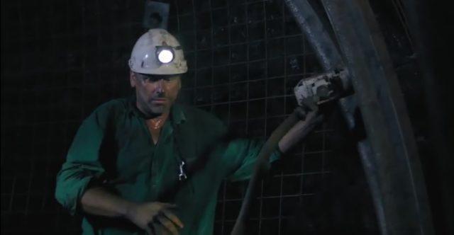 Jarek zachrání na šachtě spoustu kamarádů horníků.